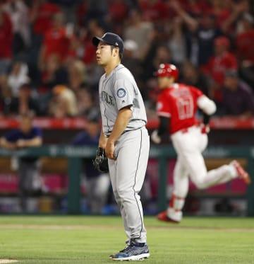 エンゼルス戦の4回、大谷(右)に本塁打を浴びたマリナーズ・菊池=アナハイム(共同)