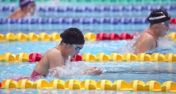 女子100メートル平泳ぎ決勝 高橋(右)との接戦を制し優勝した鍵本=京都アクアリーナ