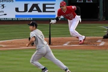 マリナーズ・菊池(左)から本塁打含む2安打放ったエンゼルス・大谷【写真:AP】