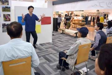 交通事故を予防する体操や心がけを学ぶ参加者たち(滋賀県長浜市小堀町)