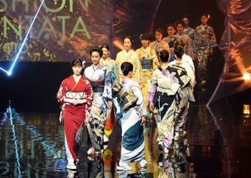 「平安幻想」をテーマに繰り広げられた「ファッションカンタータ」のフィナーレ(京都市下京区・京都劇場)