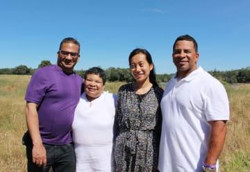 「若松コロニー」を訪れた白石菜織さん(中央右)やバーバラ・ジョンソンさん(同左)ら=8日、米カリフォルニア州ゴールドヒル(共同)