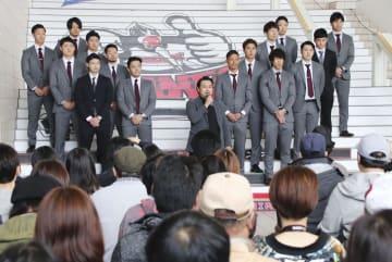 北海道釧路市で開かれた「ひがし北海道クレインズ」の発足式。中央はあいさつする運営会社の田中茂樹代表=9日午後