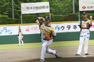 試合前の始球式に登場した北方悠誠【写真:工藤慶大】