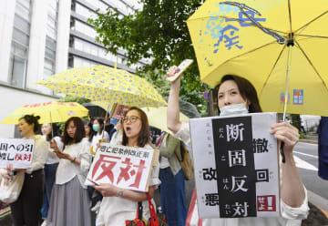 香港の「逃亡犯条例」改正案に反対の声を上げる人たち=9日午後、東京都千代田区