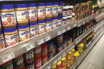 シンガポールでは21年6月から、トランス脂肪酸が多く含まれるPHOを使った食品の販売が禁止される=7日、シンガポール中心部(NNA撮影)