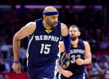 Vince Carter Scores 360 Layup in Grizzlies' Win vs Raptors