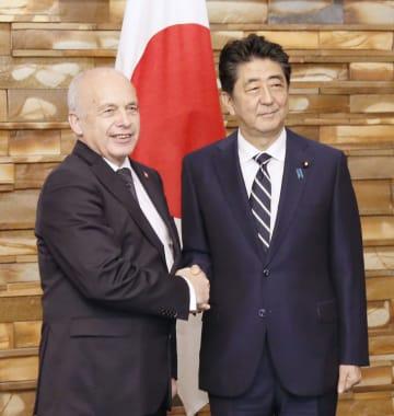 スイスのマウラー大統領兼財務相(左)と握手する安倍首相=10日午前、首相官邸
