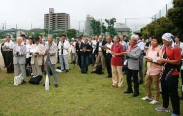 六花寮の創立100周年を記念する式典で寮歌を歌う元寮生=8日、新潟市中央区