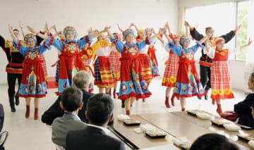 踊りを披露するロシア極東サハリン州の学生らのチーム=10日午後、北海道厚真町