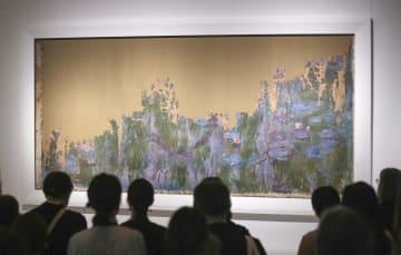 東京・上野の国立西洋美術館で報道陣に公開された、モネの油彩画「睡蓮、柳の反映」。上半分ほどが欠損している=10日午後