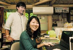 CODEの吉椿雅道事務局長(左)に見守られながら、インターシップに励む立部知保里さん=神戸市兵庫区中道通2