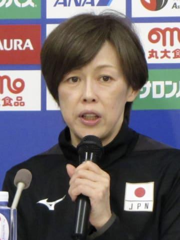 バレーボールのネーションズリーグ女子東京大会を前に、記者会見する中田監督=10日、東京都調布市