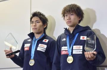 スポーツクライミングのW杯から帰国した楢崎智亜(左)と緒方良行=10日、成田空港