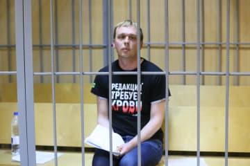 取り調べのため裁判所に出廷したゴルノフ記者=8日、モスクワ市内(タス=共同)