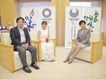 左から鈴木哲夫さん、パーソナリティの高橋みなみ、小池百合子東京都知事