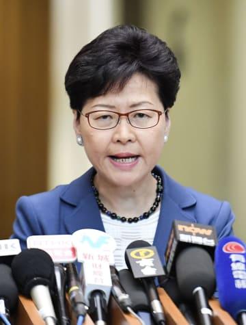 記者会見する香港の林鄭月娥行政長官=10日、香港(共同)