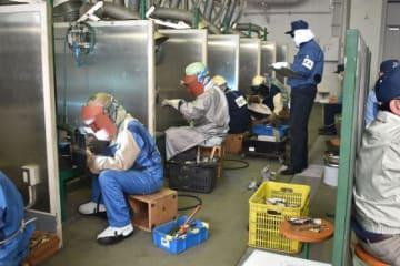 九州・沖縄の50人が出場した溶接技術競技会=9日、宮崎市・県工業技術センター
