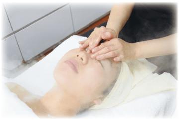 温かいミストで血行を促進しながらのフェーシャルマッサージ。顔の筋肉は、無意識に凝っていることが多いのだそう