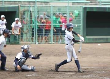 3回戦の竜操―山南で熱戦を繰り広げる選手たち=県営球場