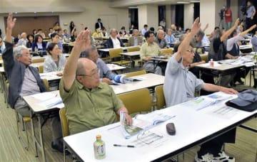 防衛省側の説明に対し、市民から質問が相次いだ説明会=9日、秋田市文化会館