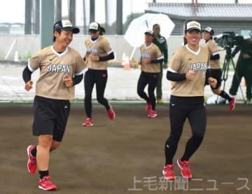 リラックスした表情でアップする山本(左)と藤田=宇津木スタジアム雨天練習場