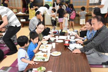 幅広い世代がテーブルを囲み、笑顔が広がった「宿町食堂」=鳥栖市の宿町公民館