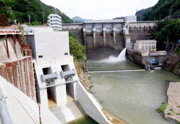 トンネル洪水吐(左)の新設で、国が進めてきた改造事業が完成した鹿野川ダム=9日、大洲市肱川町山鳥坂