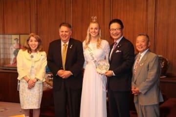 【前葉市長(右から2人目)を訪問した関係者ら=津市役所で】