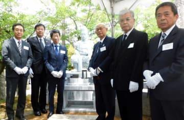 容保公の石像を除幕した(左から)柳沢、室井、松平、森田、大竹、鈴木の各氏