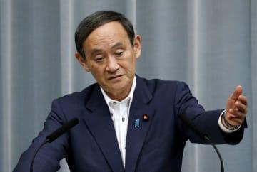 記者会見する菅官房長官=11日午前、首相官邸