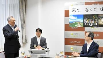 内堀知事(右)に県産食品の安全性発信を誓うチョン議員(左)