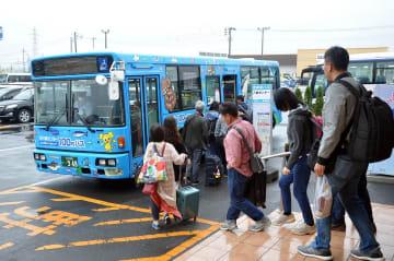 外国人観光客を中心に利用が伸びている「100円バス」=8日、八戸市の八食センター