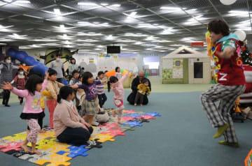 子どもたちの前でパフォーマンスをする小松崎さん=2017年12月