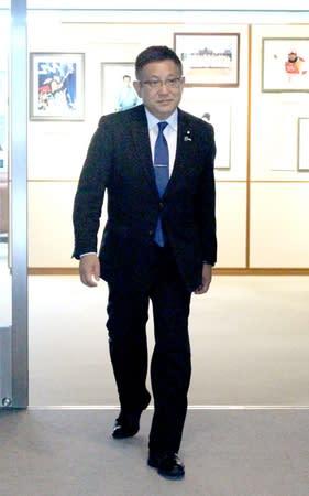 花角英世知事に選挙での支援要請を終え、知事室から出てきた塚田一郎氏=10日、県庁