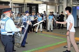 新神戸駅で行われたテロ対応訓練=11日午前、神戸市中央区加納町1(撮影・後藤亮平)