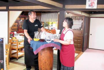 お年寄りを対象にした「ゴールド食堂」を開く岩渕さん夫妻と店内(京丹後市網野町浅茂川・「天龍」)
