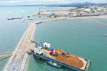 K8護岸に造った構造物に台船を接岸し、土砂搬入作業が始まった=11日午後1時34分、名護市辺野古(小型無人機で撮影)