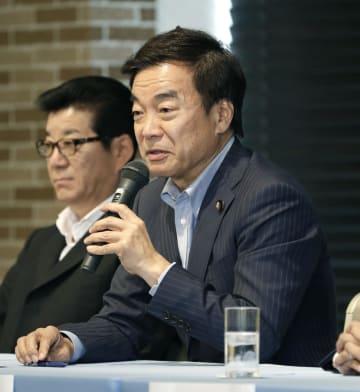 記者会見する、日本維新の会参院選候補の松沢成文氏。左は代表の松井一郎大阪市長=11日午後、大阪市
