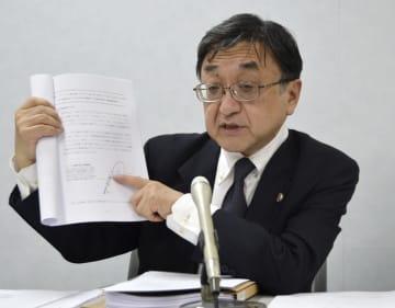 長村千恵さんが死亡した事故で、提訴後に記者会見する原告代理人の谷直樹弁護士=11日、大阪市