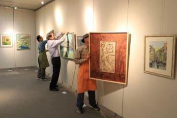 作品の設置作業が進む第52回県北美術展の会場