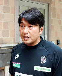 監督交代などについて説明する神戸の三浦スポーツダイレクター=神戸市西区、いぶきの森球技場