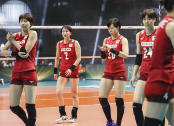 ブラジルに敗れ、引き揚げる古賀(2)ら日本=武蔵野の森総合スポーツプラザ