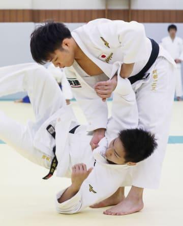 強化合宿で練習する阿部一二三(上)=横浜市