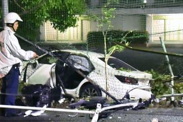 名古屋市昭和区の市立伊勝小の校庭に突っ込んだ乗用車=11日午後8時10分