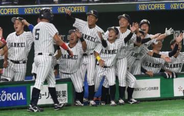 3回、右翼席に3点本塁打を放った寺園(5)をハイタッチで出迎える宮崎産経大ナイン=11日、東京ドーム
