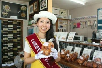 3代目観光キャンペーンレディーに選ばれたキリティ凜さん。普段は手作りドーナツを売り出している