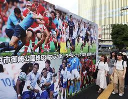 神戸で試合をする各国をモチーフに、観戦を呼び掛ける壁面写真=11日午後、神戸市中央区雲井通8(撮影・吉田敦史)