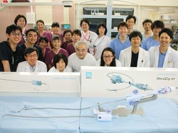 マイトラクリップを県内で初めて成功させた医師、看護師ら=岐阜市野一色、県総合医療センター