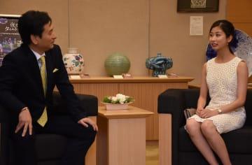 山口祥義知事を表敬し、歓談した原田菜緒さん=県庁